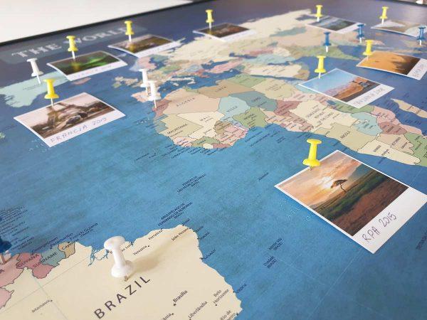 Personalizowana mapa świata do oznaczania podróży granatowa PicArta