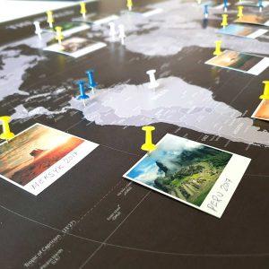 Personalizowana mapa świata do oznaczania podróży czarno biała PicArta