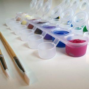 Zestaw farb i pędzli do malowania po numerach